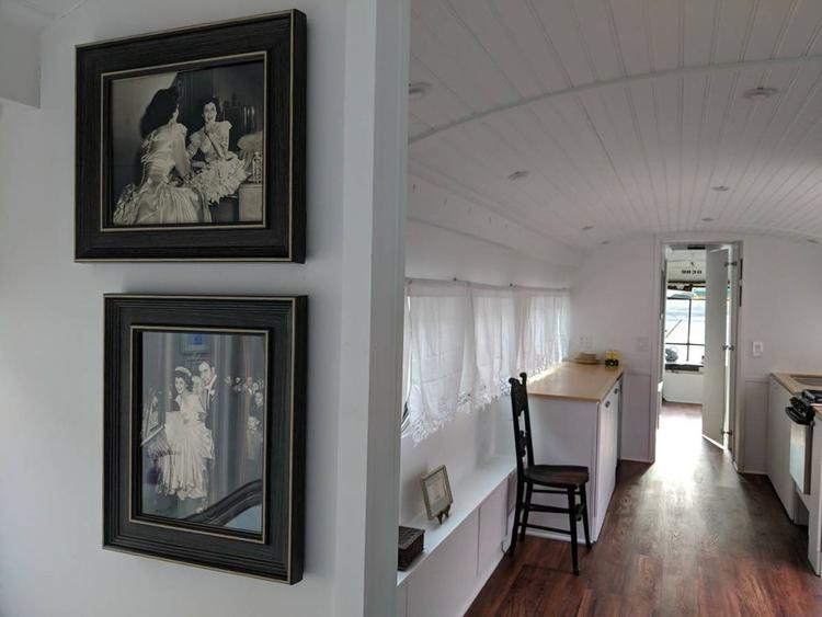 Chủ nhân của ngôi nhà cũng chịu khó trang trí với tranh ảnh và các vật dụng khác.