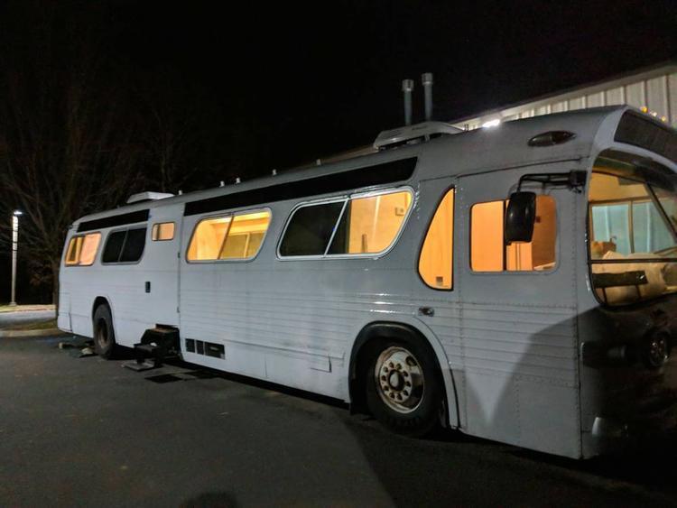 Chiếc xe bus được mua với giá 7.000 USD.