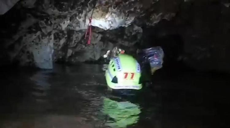 Lối đi bên trong hang ngập nước và tối đen.