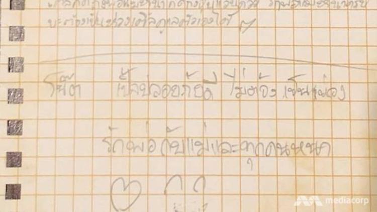 Bức thư của một cậu bé trong đội bóng nhí gửi cha mẹ. Ảnh: CNA