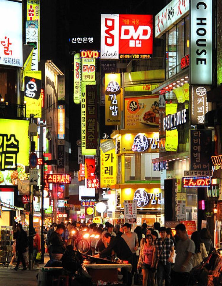 Nếu muốn đến thăm nhiều cửa hàng trong thời gian có hạn, Myeong-dong là điểm đến phù hợp nhất (Nguồn ảnh: Wikimedia)