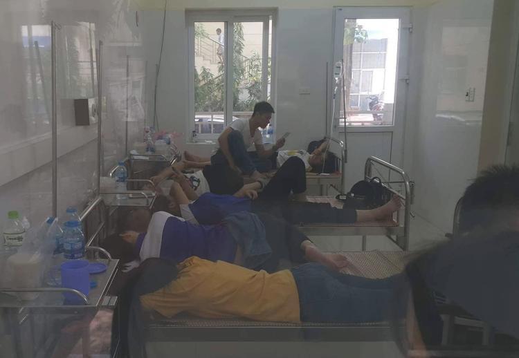 Rất nhiều học viên phải nhập viện nghi do ngộ độc thực phẩm.
