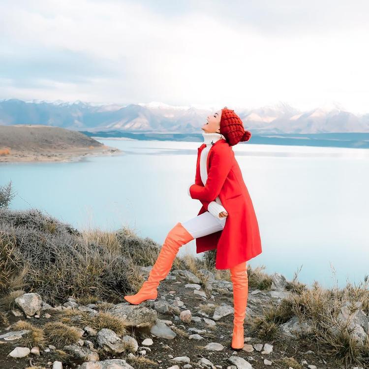 Phiêu hết cỡ trong thời tiết băng giá, hoa hậu cá tính trở nên ngọt ngào hơn khi phối thêm mũ len và áo khoác đỏ đầy nữ tính.