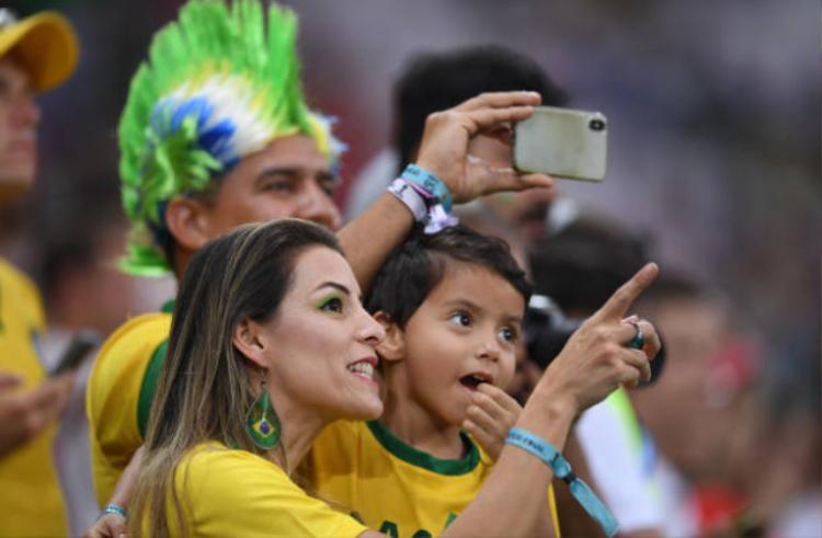 'Không thể rời mắt' trước dàn fan nữ tuyển Bỉ và Brazil