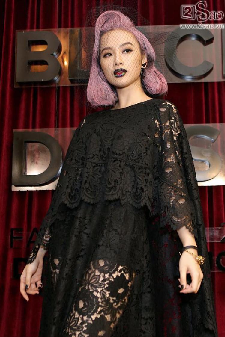 Trong show Little Black Dress của Đỗ Mạnh Cương, người đẹp 9X nổi bật với đôi môi thâm đen.