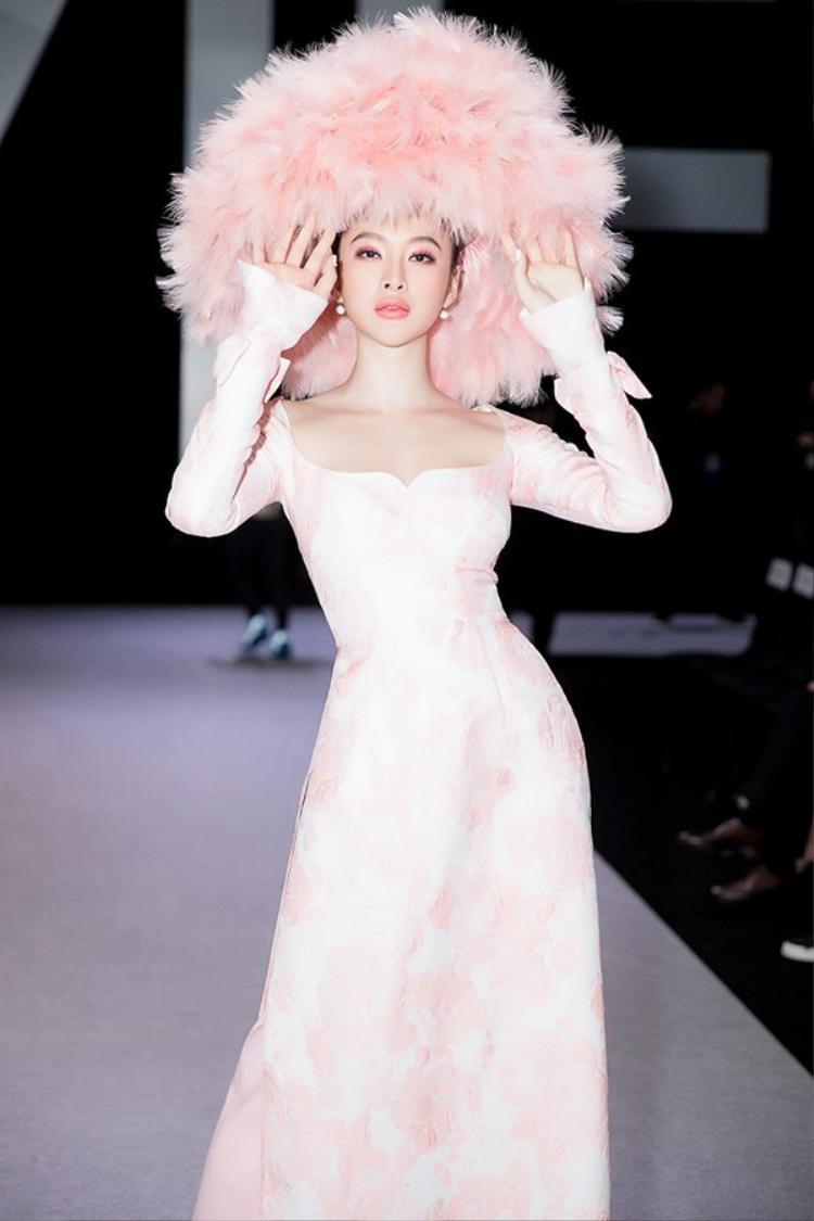 Khi nhắc đến VIFW 2018, chắc hẳn ai cũng nhớ đến chiếc mũ lông 'nón lá' hồng gây ấn tượng của Angela Phương Trinh.