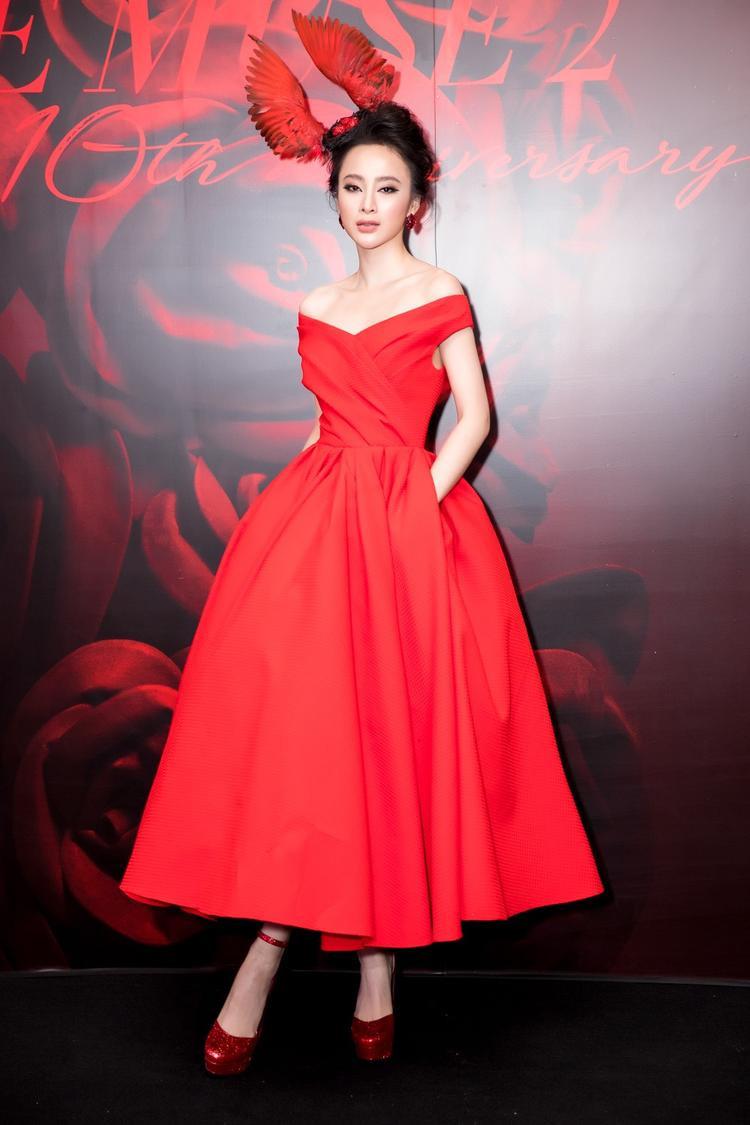 Trong Fashionshow The Muse 2 - show diễn kỷ niệm 10 năm vào nghề của NTK Đỗ Mạnh Cường, Angela Phương Trinh được cho là mang cả 'tổ chim' lên thảm đỏ.
