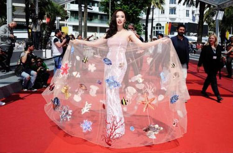 Tại thảm đỏ Cannes 2016, Angela Phương Trinh thu hút truyền thông quốc tế với bộ váy chứa cả đại dương của mình.