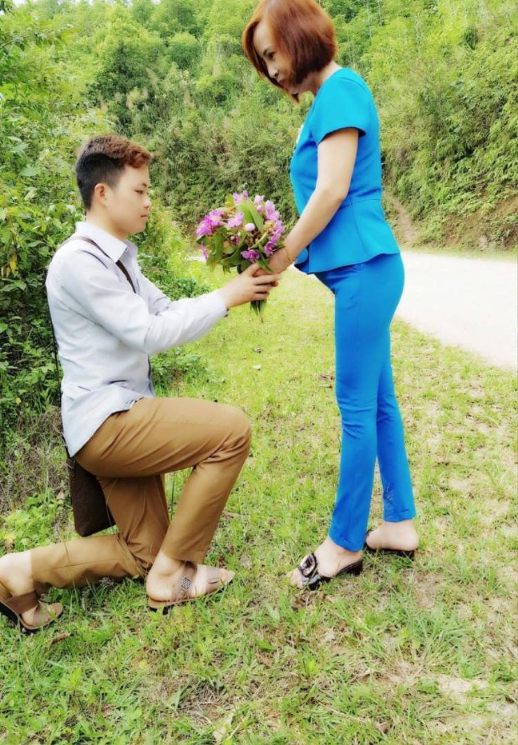 Anh Cương cầm hoa quỳ xuống ngỏ lời cầu hôn chị Sao khiến chị vô cùng cảm động.