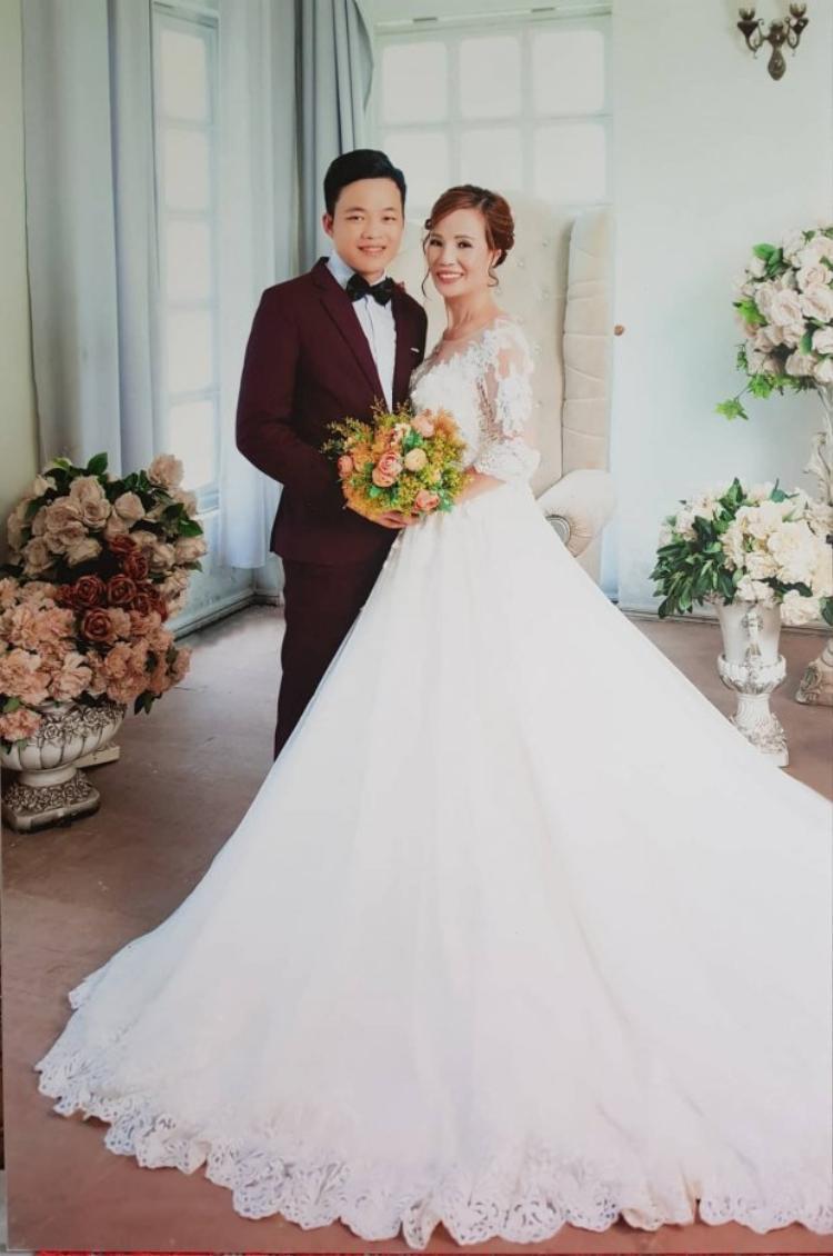 Hình ảnh anh Cương hạnh phúc bên người vợ của mình.