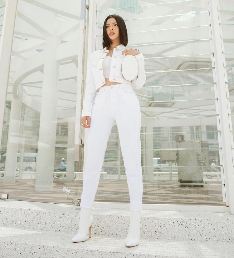 Vẫn là set trắng đơn sắc nhưng sẽ ngay lập tức biến thành cô nàng mạnh mẽ và cá tính khi thay chân váy bằng quần cạp cao kết hợp với boots ngắn đồng màu.