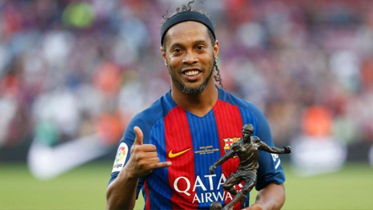 Từng được nhiều người nhớ đến bằng biệt danh phù thủy sân cỏ, Ronaldinho có fanpage với 34.837.536 người nhấn like.