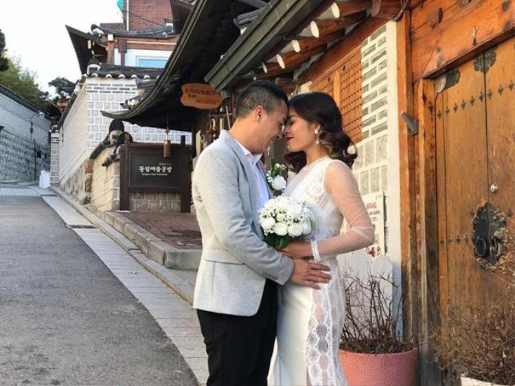 Cả hai đã chụp ảnh cưới tại Hàn Quốc.