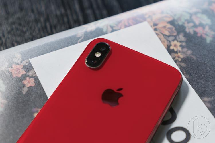 Màu đỏ không phải một màu máy lạ với người dùng iPhone. Trong vài năm trở lại đây, Apple thường ra mắt một phiên bản màu đỏ của iPhone theo chương trình PRODUCT(RED) để gây quỹ phòng chống HIV/AIDS tại một số quốc gia Châu Phi.