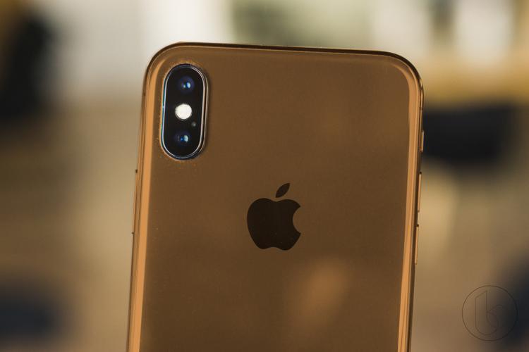 Phiên bản iPhone cao cấp nhất trong năm 2018 có thể có thêm một phiên bản màu vàng mới. Trong concept này, tác giả bản thiết kế thể hiện một tông màu vàng khá đậm, thiên về hướng vàng đồng. Trước đây, Apple cũng từng được kì vọng sẽ cho ra một chiếc iPhone X vàng đồng, tuy nhiên có vẻ như những khó khăn về mặt kĩ thuật đã khiến điều này chưa thể thành hiện thực.