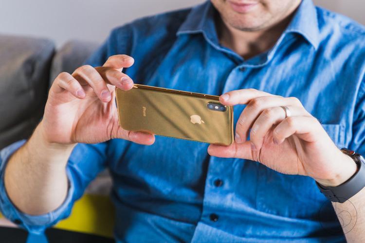 Có lẽ đã đến lúc Apple cần làm mới hình ảnh cho những chiếc iPhone. Chất liệu kính kết hợp cùng những màu máy mới sẽ tạo ra nhiều hiệu ứng thú vị về ngoại hình. Ở các góc nhìn và điều kiện ánh sáng khác nhau, tông màu có thể thay đổi nhiều hay ít.