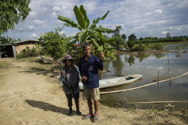 Vợ chồng ông Lek mặc dù mất mùa nhưng vẫn rất vui vì được góp sức giải cứu đội bóng Thái Lan.