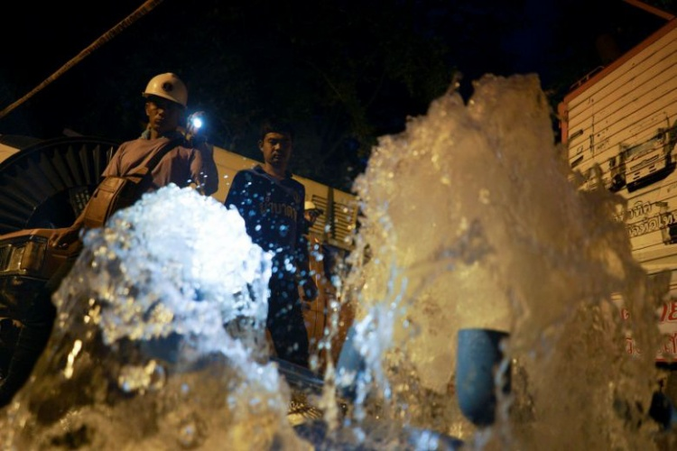 Máy bơm được lắp đặt để hút nước ra khỏi hang Tham Luang, trong khi một đội cứu hộ lên núi tìm các khe để tiến hành khoan các lỗ tìm đường dẫn tới chỗ đội bóng. Ảnh: Reuters