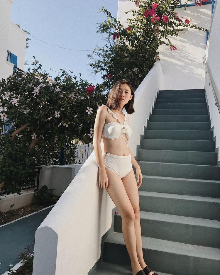 Với bộ bikini được thiết kế tinh tế, cô nàng khéo léo khoe vóc dáng nuột nà của mình. Nhiều người cho rằng nữ sinh 10X nên thử sức ở các đầu trường sắc đẹp.