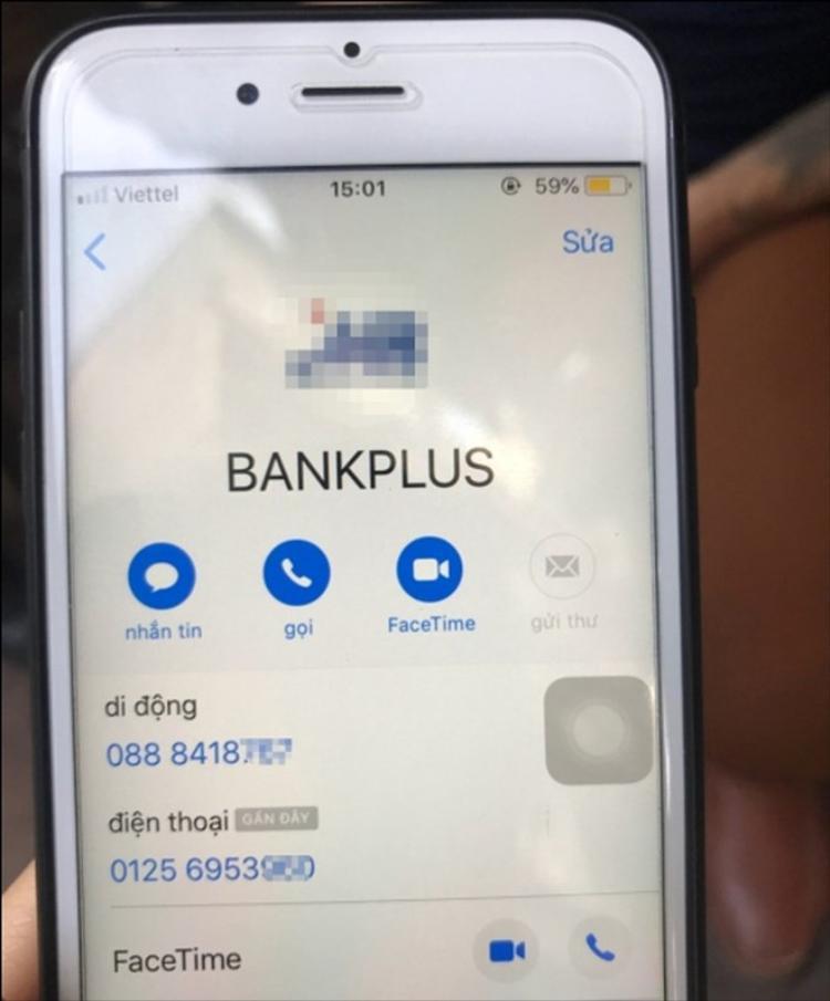 Tài khoản liên lạc trên máy điện thoại của nam thanh niên trông giống như liên lạc của ngân hàng, song lại là số điện thoại di động cá nhân.