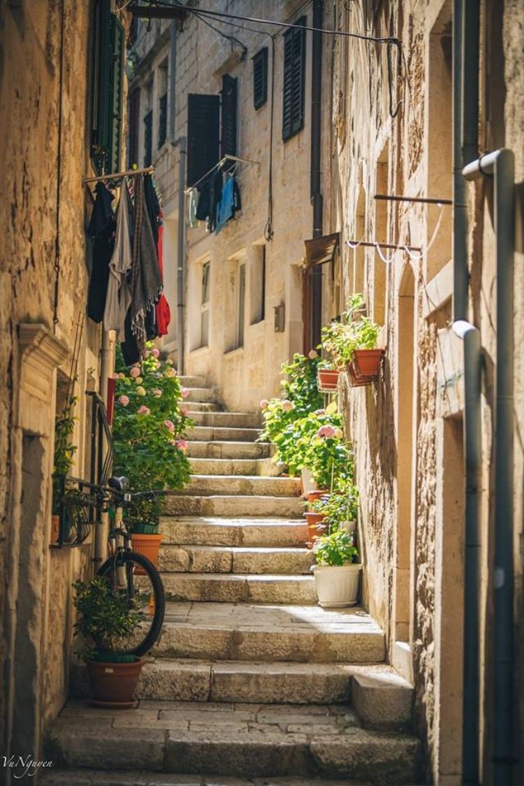 Những con phố nhỏ len lõi qua thị trấn đã làm nên một nét nên thơ rất riêng cho hòn đảo này.