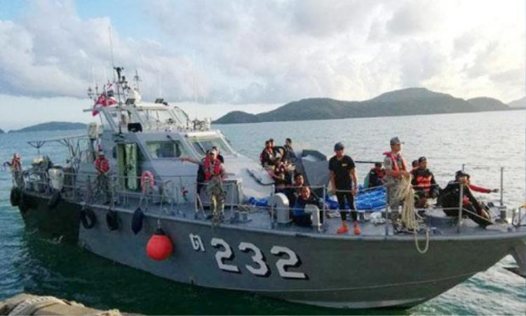 Tàu Hải quân Thái Lan đưa các thi thể nạn nhân vào bờ hôm 6/7. Ảnh: Hải quân Thái Lan.