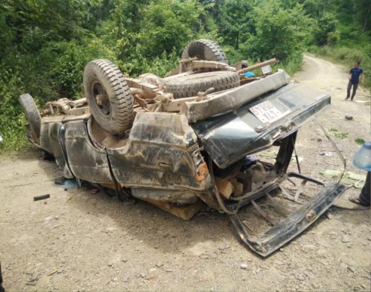 Chiếc xe 7 chỗ lật ngửa, bẹp dúm biến hình, vô số phách gỗ nằm ngổn ngang trong xe. Ảnh: Moitruong.net
