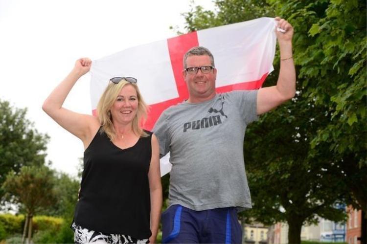 Cặp đôi quyết định trì hoãn đám cưới để xem đội Anh đá trong World Cup.