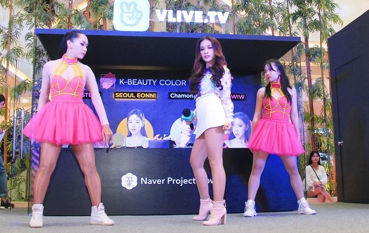 Dù nổi tiếng với các vai hài ấn tượng, nhưng hôm nay, Khả Như đã đốt cháy sân khấu của K-Beauty Color Festival hôm nay với ca khúc Đơn giản.