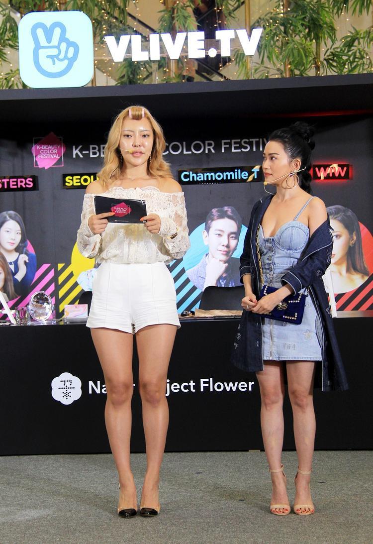 Dù chỉ sở hữu chiều cao 1,55 m, Sỹ Thanh vẫn ấn tượng trong set đồ kết hợp váy jean dáng cúp ngực gợi cảm.