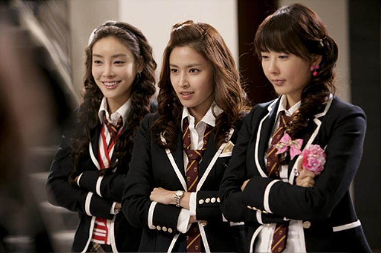 Jang Ja Yeon (bên trái) cùng nụ cười rạng rỡ khi đóng phim.