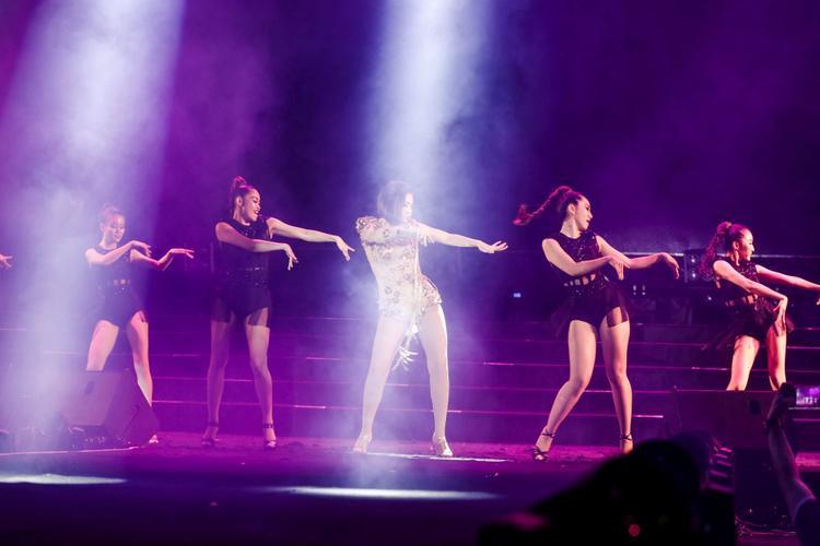 Điệu nhảy tạo sức hút mạnh mẽ khiến người xem phấn khích.