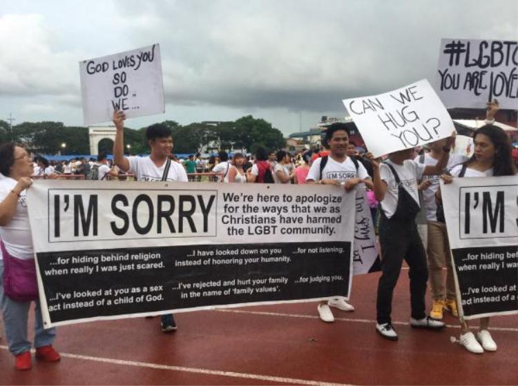 Tín đồ Cơ Đốc giáo giơ bảng Tôi xin lỗi dành cho cộng đồng LGBT khi tham gia diễu hành
