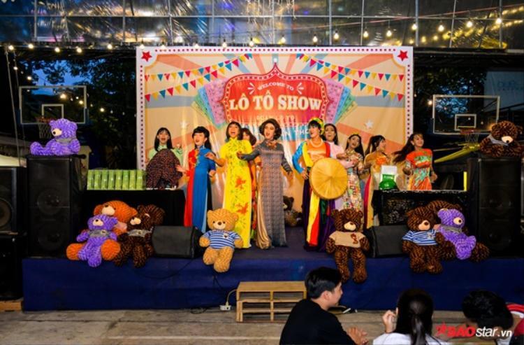 Rất nhiều chị đào đã cùng nhau góp mặt tại buổi diễn lô tô Sài Gòn Tân Thời.