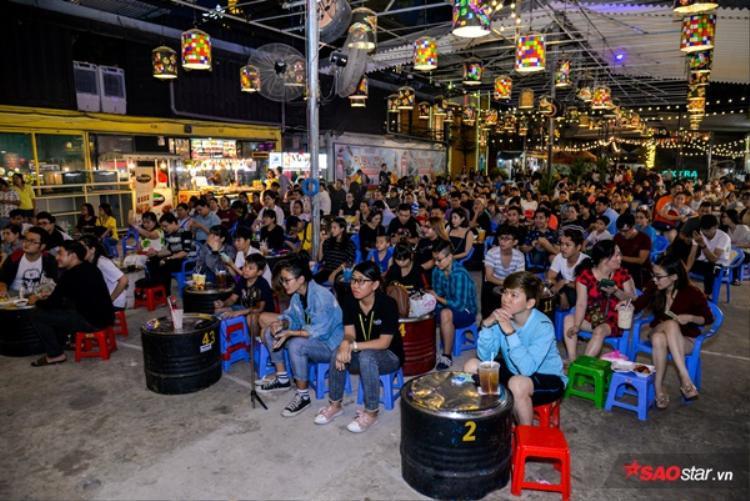 Đoàn lô tô biểu diễn hoàn toàn miễn phí, thu hút đông đảo bạn trẻ Sài Gòn.