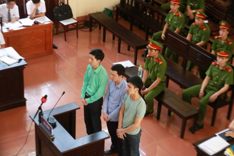 Bác sĩ Hoàng Công Lương cùng 2 bị cáo khác tại phiên tòa.