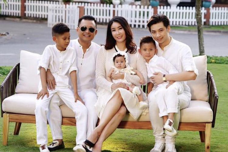 Hà Kiều Anh chụp cùng con trai riêng của chồng (ngoài cùng bên phải).