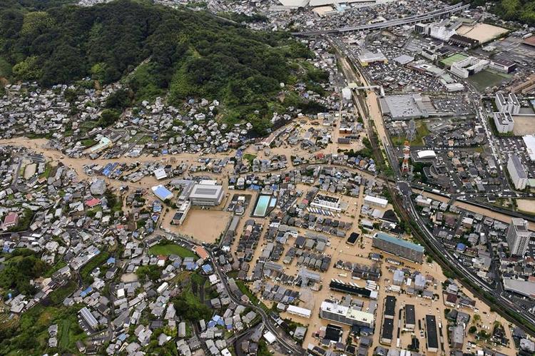 Theo Japan Times, hơn 60 người chết và hàng chục người vẫn còn mất tích do hứng chịuđợt mưa lịch sử gây ra lũ lụt nặng nề, lở đất kèm theo gió mạnh.