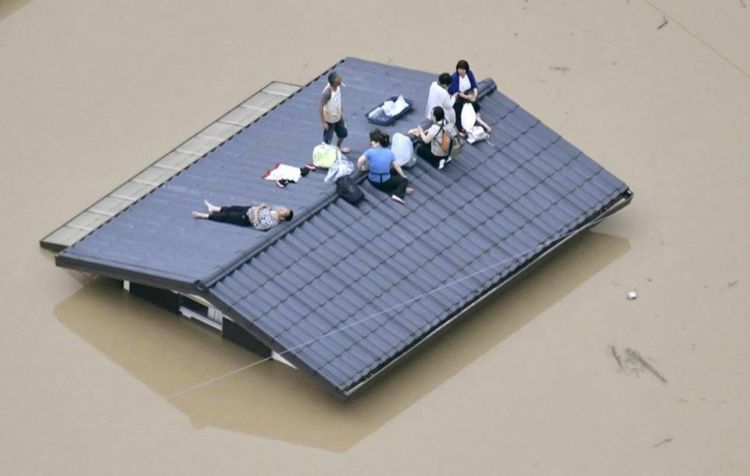 Ở tỉnh Okayama, đội cứu hộ vẫn tiếp tục cứu giúp hàng trăm người bị mắc kẹt trên mái nhà cả ngày lẫn đêm.