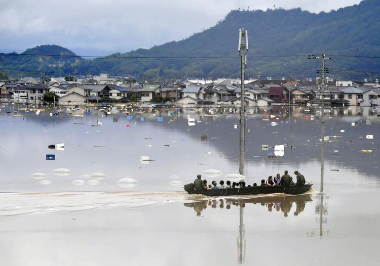 Lực lượng phòng vệ Nhật dùng xuồng nhỏ di tản người dân bị ảnh hưởng vì mưa lũ ở TP Kurashiki, phía nam Nhật Bản. Lượng nước dâng lên cao khiến khu vực này biến thành một cái hồ lớn.