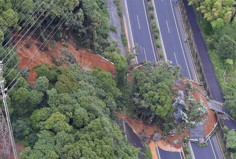 Mưa lớn đã gây hư hại cho hơn 500 ngôi nhà, cuốn trôi nhiều ô tô.