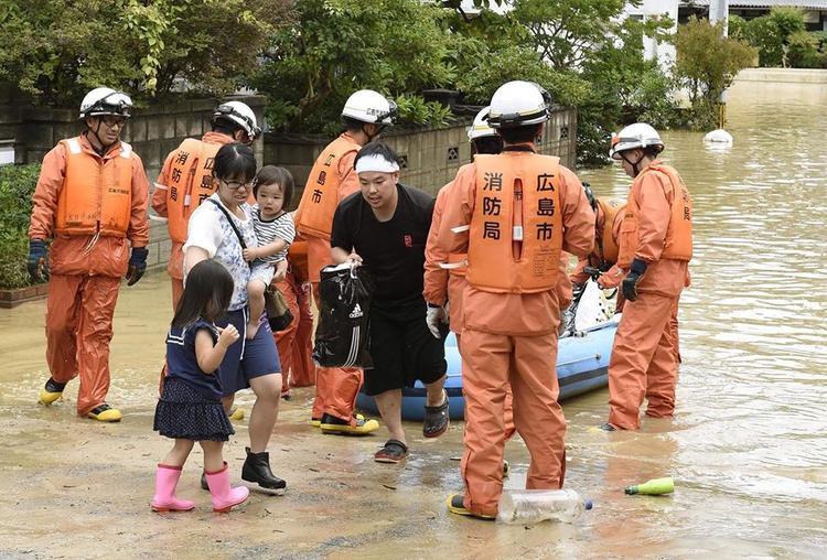 """Trước tình hình này, Thủ tướng Nhật Bản Shinzo Abe cho biết, các nhân viên cứu hộ đang trong """"cuộc chạy đua với thời gian"""" để tìm kiếm, cứu vớt những người còn mắc kẹt hay mất tích."""