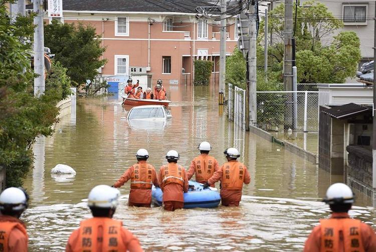 """Thủ tướngShinzo Abe nói: """"Giải cứu, cứu sống mạng người và sơ tán là một cuộc đua chống lại thời gian. Vẫn còn nhiều người vẫn chưa được tìm thấy. Các đội cứu hộ đang làm việc hết sức mình""""."""