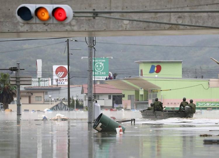 Ông Yoshihide Suga, chánh văn phòng chính phủ Nhật, cho biết khoảng 54.000 nhân viên cứu hộ, cảnh sát và lực lượng quân sự đã được huy động để triển khai chiến dịch tìm kiếm những người bị mắc kẹt, bị thương hoặc chết trong đợt mưa lũ cũng như ứng phó với các vụ lở đất và các yêu cầu giúp đỡ.