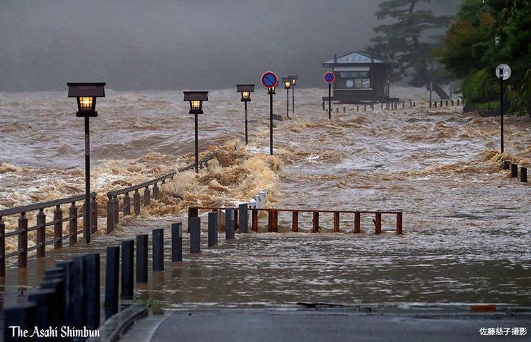 Cơ quan khí tượng đã ban hành những cảnh báo khẩn cấp về những trận mưa lớnở quận Ehime và Kochi vào sáng 8/7, trong khi đó tỉnh Gifu cần nâng cao tinh thần cảnh giác.