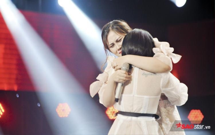 Cả hai ôm nhau khóc khi đã làm hết sức mình cho tiết mục này.