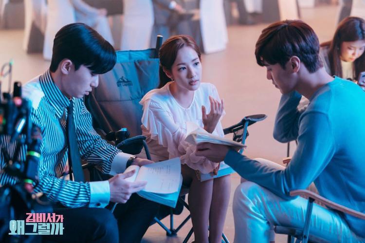 Một bức ảnh chụp ba diễn viên tập trung vào cuộc thảo luận, cẩn thận đọc lại kịch bản.