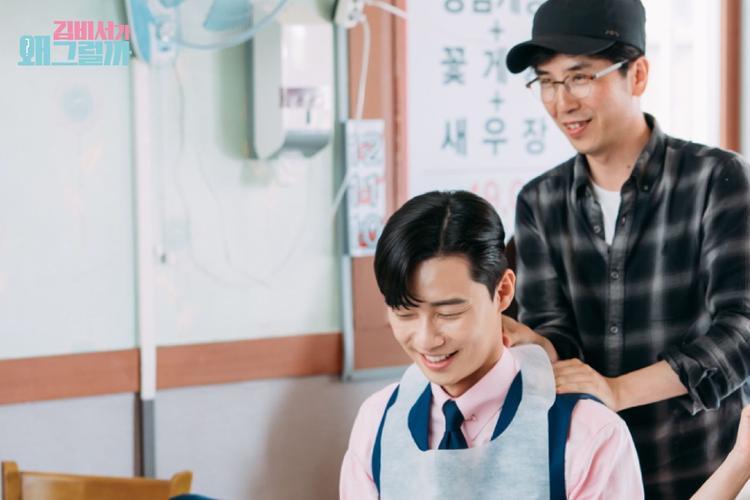 Đạo diễn Park Joon Hwa trìu mến xoa bóp vai cho Park Seo Joon.