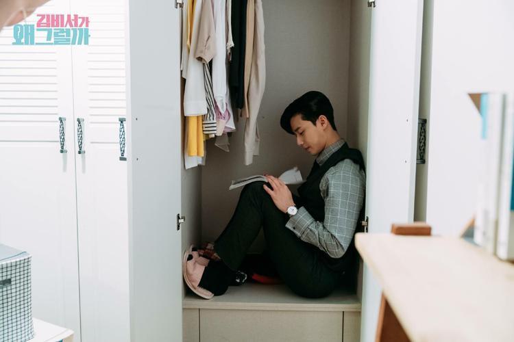 Ngồi trong tủ quần áo đọc kịch bản, chao ôi Seo Joon thực sự quá đáng yêu.