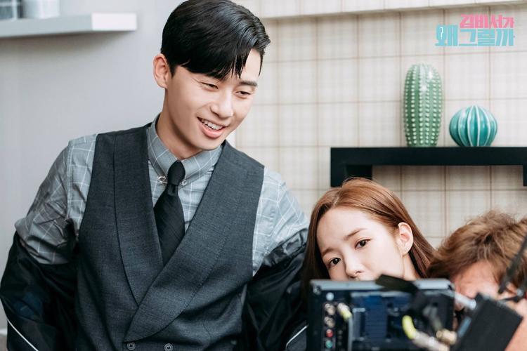 Một bức ảnh vui vẻ hơn cho thấy chàng phó tổng Lee mỉm cười khi xem lại cảnh hôn với cô thư ký xính đẹp Kim Mi So.